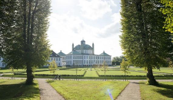 Fredensborg Slot med træer i forgrunden. Foto: Thomas Rahbek