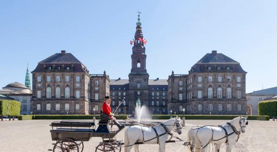 Christiansborg Slot med karet_Mikkel Grønlund 570X313
