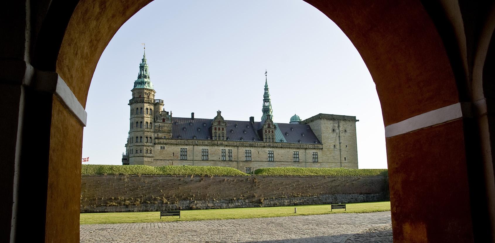 Kronborg Slot set gennem porten. Foto: Thomas Rahbek