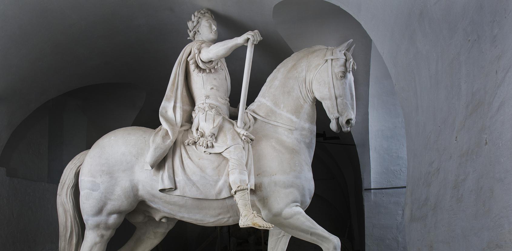 Gipsfiguren af Frederik 5.'s rytterstatue giver besøgende mulighed for at studere den prægtige hest og rytter på nært hold. Den er meget større, end man tror. Foto: Styrelsen for Slotte og Kulturejendomme
