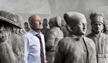 Skulpturer fra Nordmandsdalen med mand. Foto: Thorkild Jensen