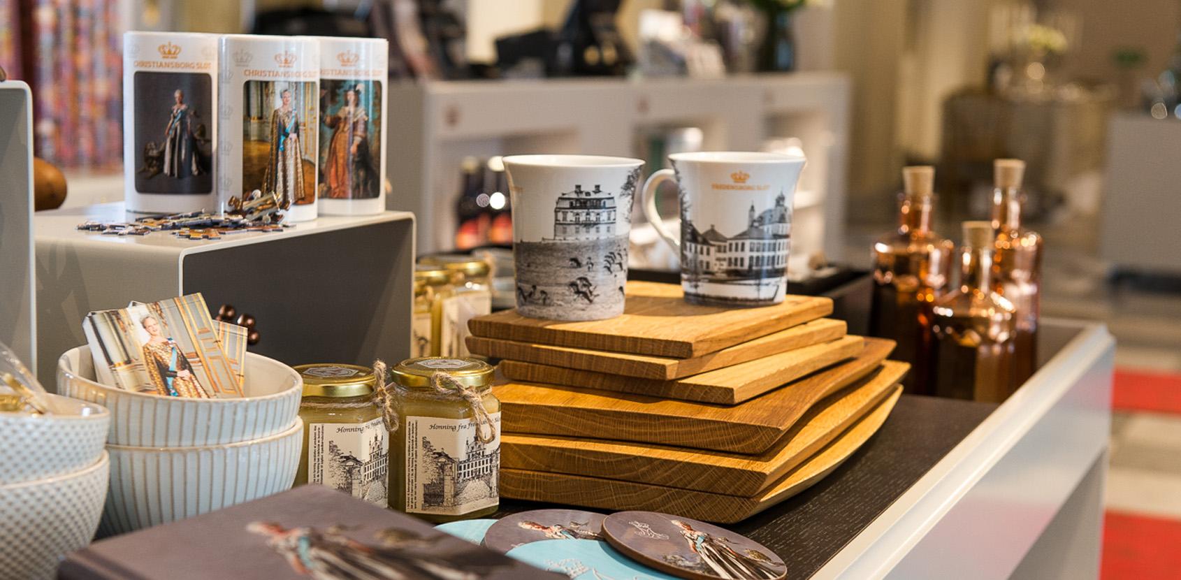 Christiansborg har sin egen slotsbutik, hvor du kan købe alt fra bøger, plakater og legetøj til smykker, porcelæn og andre kvalitetsvarer med et kongeligt tilsnit. Foto: Thomas Rahbek, SLKE
