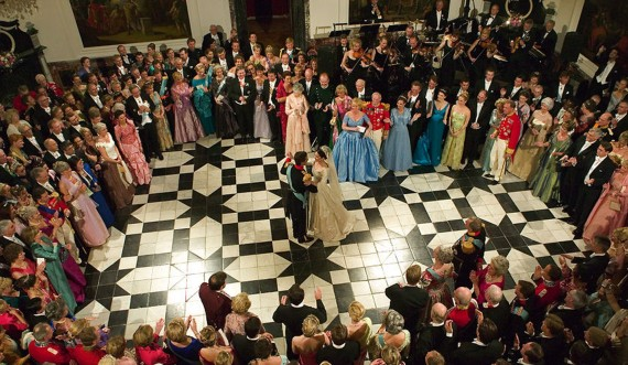 The Royal Couple danced the bridal waltz in the Dome Hall of the palace. Foto: Scanpix / Jørgen Jessen