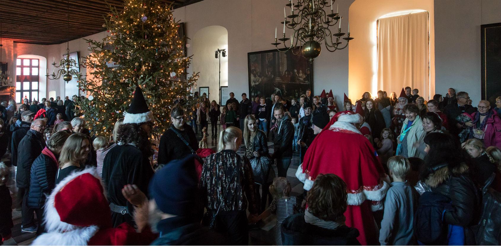 Dans om juletræ - julemarked Kronborg Foto Thorkild Jensen