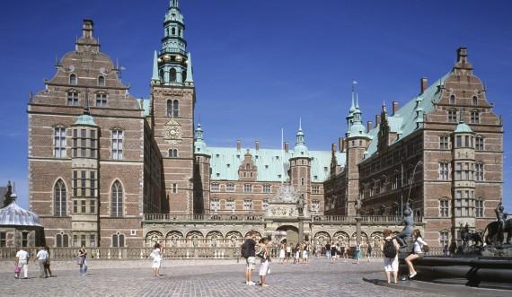 Frederiksborg Slot med turister i forgrunden. Foto: Styrelsen for Slotte og Kulturejendomme