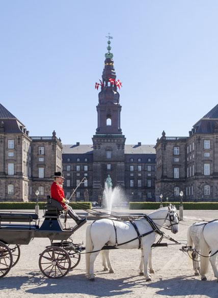 Christiansborg Slot set fra ridebanen. Foto: Mikkel Grønlund