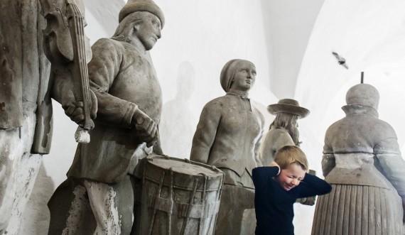 Skulpturer fra Nordmandsdalen med dreng. Foto: Thorkild Jensen