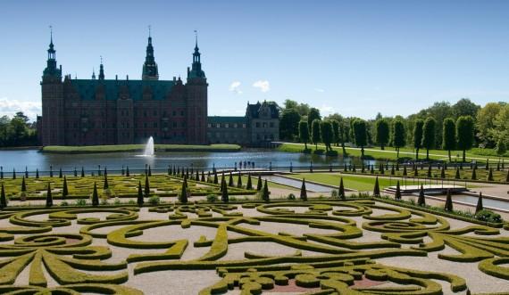 Frederiksborg Slotshave med barokhaven i forgrunden.