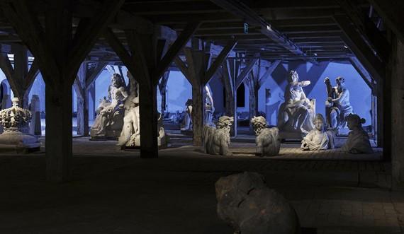 Skulpturer i blåt lys. Foto: Thorkild Jensen