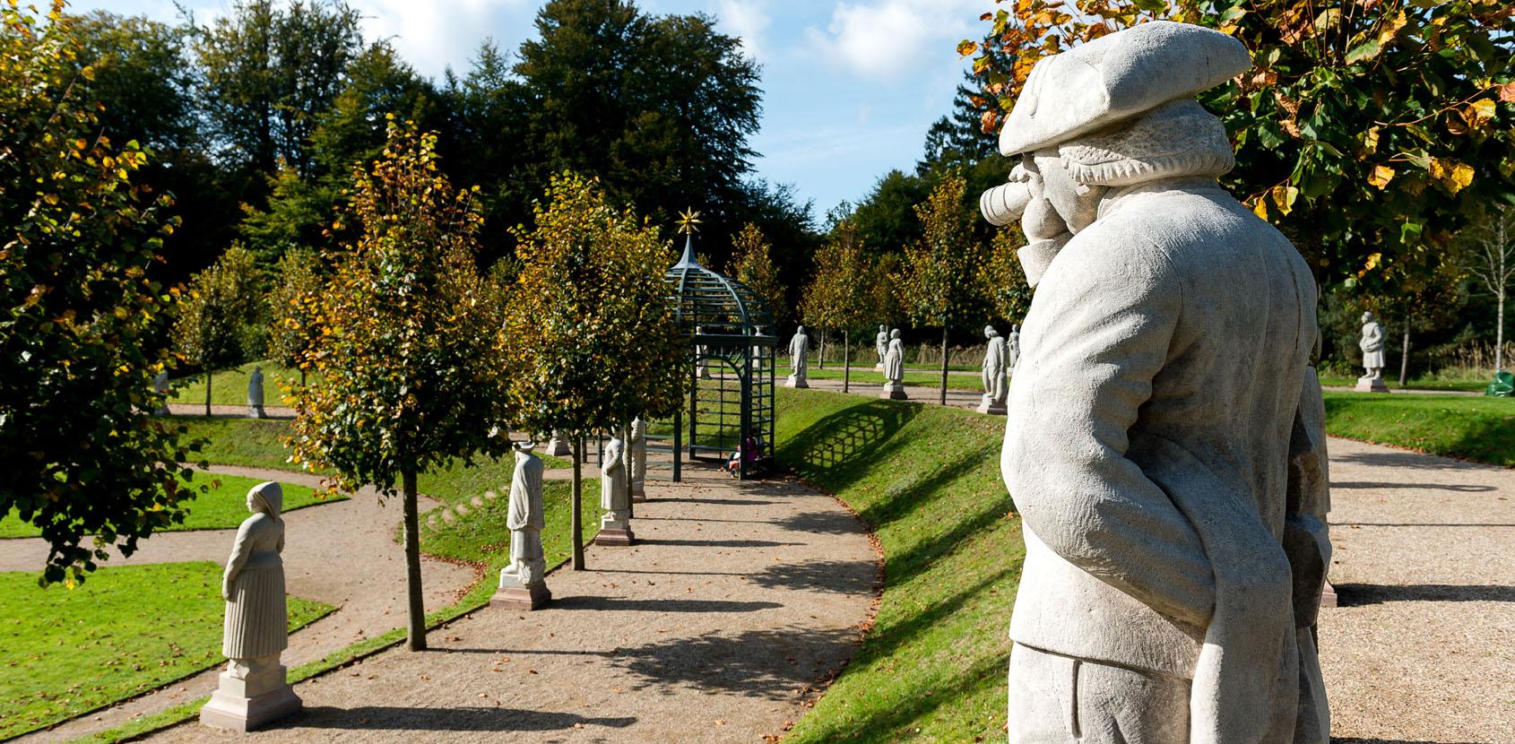 Skulpturer af bønder og fiskere står i Frederik 5.s barokhave på Fredensborg Slot. Foto: Thomas Rahbek