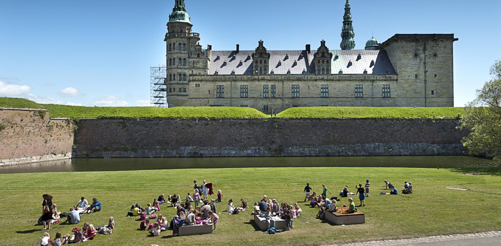 Skoleklasse på græsset foran Kronborg Slot. Foto: Thomas Rahbek